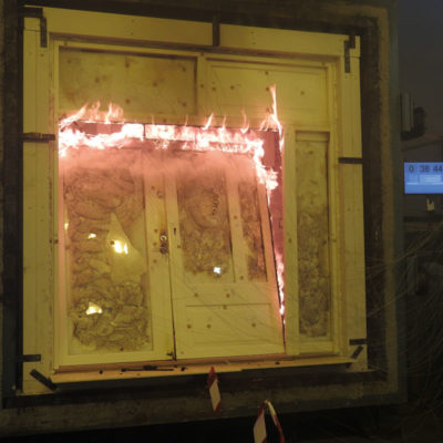 Testing av brannmotstand i døra til Dørfabrikken i Trondheim hos Rise Fireresearch, og nye EI 30 krav ble oppnådd
