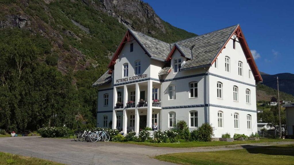 Petrines Gjestgiveri ligger i Norddal på Sunnmøre og var bygd som aldershjem i 1916. I 1992 ble det staselige bygget tatt i bruk som gjestgiveri. Da vinduene skulle skiftes i 2017 var det et samarbeid mellom eierne, vernemyndighetene og Tingvoll Dør og vindu for å gjenskape de originale vinduene.