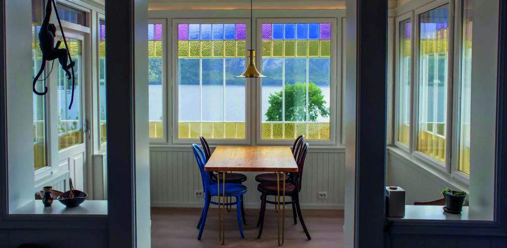 Huset er fra 1819 og verandaen var først en åpen veranda, før den ble bygd inn med glass i 1931. Eierne ville bevare de fargede originalglassene og varevindu ble løsningen for å få bedre isolasjon når de skulle renovere.