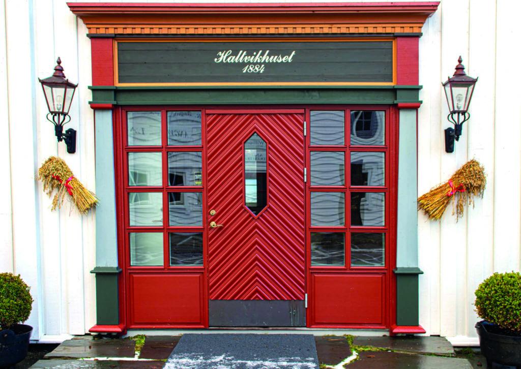 Hallvikhuset er en del av Angvik Gamle Handelssted og Tingvoll har levert denne staselige ytterdøra.